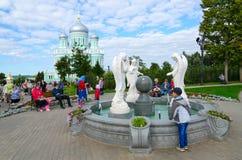 Pilgrims är på territoriet av den berömda seraf-Diveevokloster för helig Treenighet, Diveevo, Ryssland Arkivfoto