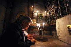 Pilgrims ber på gravvalvet av Jesus i Jerusalem Arkivfoto