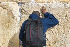 Pilgrims ber på väggen av gråta av det heliga stället av det judiska folket och mitten av dyrkan av kristen runt om royaltyfri fotografi