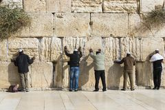 Pilgrims ber på väggen av gråta av det heliga stället av det judiska folket och mitten av dyrkan av kristen runt om royaltyfri foto