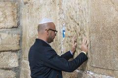 Pilgrims ber på väggen av gråta av det heliga stället av det judiska folket och mitten av dyrkan av kristen runt om arkivfoto
