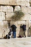 Pilgrims ber på väggen av gråta av det heliga stället av det judiska folket och mitten av dyrkan av kristen runt om fotografering för bildbyråer