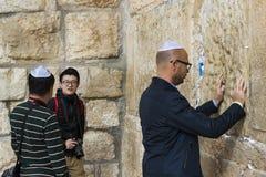 Pilgrims ber på väggen av gråta av det heliga stället av det judiska folket och mitten av dyrkan av kristen runt om royaltyfria foton