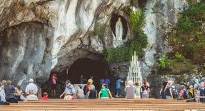 Pilgrims skriver in grottan av Lourdes, Frankrike Royaltyfria Foton