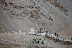 Pilgrims som går till stupas och stenhakkors, korsar Arkivfoton