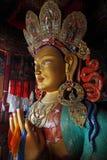 Pilgrims som går till stupas och stenhakkors, korsar Arkivbilder