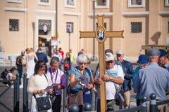 Pilgrims som går till Vatican City Arkivbilder