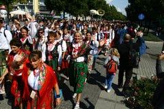 Pilgrims som går att fostra Mary Sanctuary i Czestochowa Arkivbilder