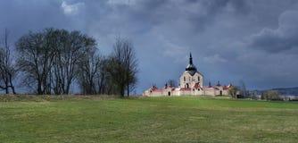 Pilgrimsfärdkyrkan på den Zelena horaen i stormen för Tjeckien kort förr, UNESCOvärldsarv Fotografering för Bildbyråer