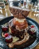 Pilha épico da panqueca com gelado! fotos de stock