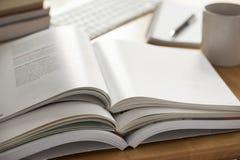Pilha aberta do livro posta sobre a tabela Fotos de Stock