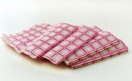 Pilha alinhada de papel colorido do guardanapo Fotos de Stock