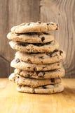 Pilha alta de cookies dos pedaços de chocolate Imagem de Stock