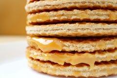 A pilha ascendente fechada de Stroopwafel Mouthwatering ou de caramelo encheu o waffle holandês tradicional foto de stock