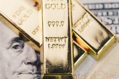 Pilha brilhante do lingote dos lingotes de ouro na cédula mo do dólar americano de América Foto de Stock