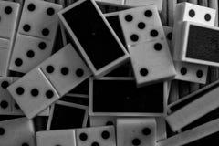 A pilha caótica do dominó remenda no fundo de madeira marrom de bambu da tabela imagem de stock royalty free