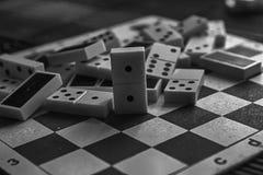 A pilha caótica monocromática do dominó remenda no fundo de madeira marrom de bambu da tabela Imagens de Stock Royalty Free