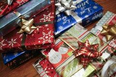 Pilha colorida de presentes de Natal Fotos de Stock Royalty Free