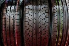 Pilha compacta nova dos pneus dos veículos Pneus do inverno e da temporada de verão Foto de Stock Royalty Free