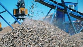 Pilha crescente da entulho na jarda de mineração video estoque