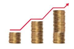 Pilha crescente de moedas com linha no fundo branco Imagens de Stock Royalty Free