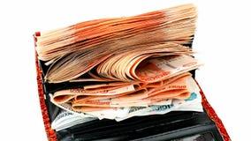Pilha crescente de rublos de russo na carteira vermelha video estoque