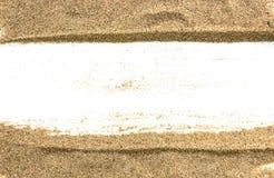 Pilha da areia de uma praia ou um deserto em uma parte traseira do branco Imagem de Stock Royalty Free