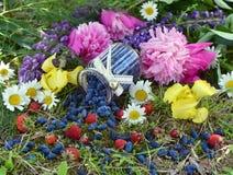 Pilha da baga de mel, do frasco do vintage e de flores maduros no jardim Fotografia de Stock