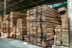 Pilha da barra de madeira da pilha no uso da fábrica da jarda de madeira serrada para o constructi Imagens de Stock