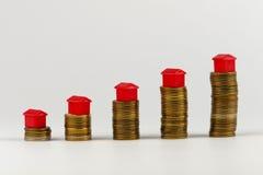 Pilha da casa e das moedas, conceito realestate fotos de stock royalty free