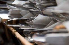 Pilha da cutelaria - facas e forquilhas em uma cesta Imagens de Stock