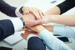 A pilha da equipe do negócio de mãos fecha-se acima Conceito da sustentação foto de stock