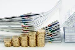 Pilha da etapa de moedas e de casa de ouro com original da pilha Imagens de Stock Royalty Free