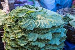 Pilha da folha do bétel em um mercado indiano Fotos de Stock