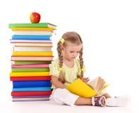 Pilha da leitura da criança dos livros. Fotos de Stock