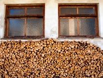 Pilha da lenha na frente de uma casa fotos de stock royalty free