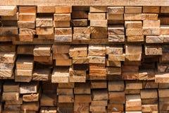 Pilha da madeira cortada para a construção & o x28; textura, fundo, teste padrão foto de stock royalty free