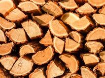 A pilha da madeira marrom registra o fundo, teste padrão Fotografia de Stock Royalty Free