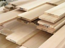 Pilha da madeira serrada do cedro - 2 Fotos de Stock