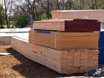 Pilha da madeira serrada para uma HOME nova Fotos de Stock Royalty Free