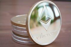 Pilha da moeda de Ethereum de prata no fundo de madeira Foto de Stock