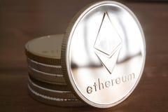 Pilha da moeda de Ethereum de prata no fundo de madeira Fotos de Stock Royalty Free
