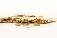 Pilha da moeda de ouro isolada no fundo branco Fotos de Stock Royalty Free