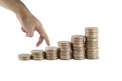 A pilha da moeda de prata de Tailândia e os gestos de mão estão andando Imagem de Stock