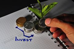Pilha da moeda e da carta indon?sias investimento fotografia de stock royalty free