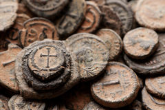 Pilha da opinião superior bizantina antiga de moedas de cobre Imagens de Stock Royalty Free