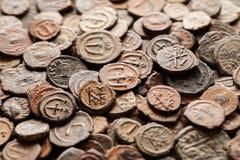 Pilha da opinião superior bizantina antiga de moedas de cobre Imagens de Stock