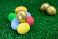 Pilha da Páscoa dos ovos na grama verde para o conceito feliz da Páscoa Imagens de Stock Royalty Free