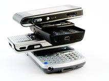 Pilha da pilha de diversos telefones móveis modernos imagem de stock royalty free