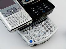 Pilha da pilha de diversos telefones móveis modernos PDA foto de stock royalty free